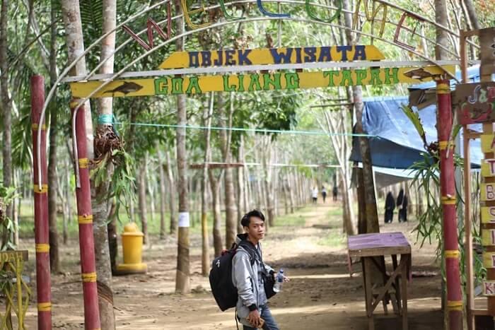 Gerbang menuju goa liang tapah dingaun secara sederhana oleh warga sekitar untuk menyambut para pengunjung