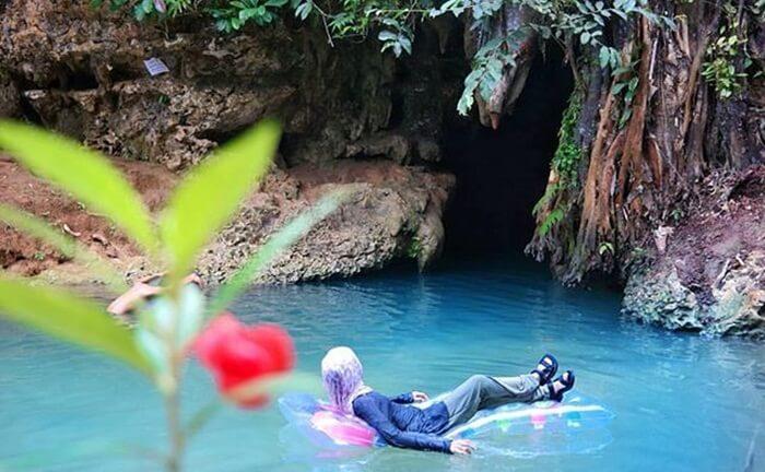 Alirans ungai bawah tanah di goa liang Tapah cukup besar sehingga bsia dibuakan untuk berenang dan bermain air lainnya