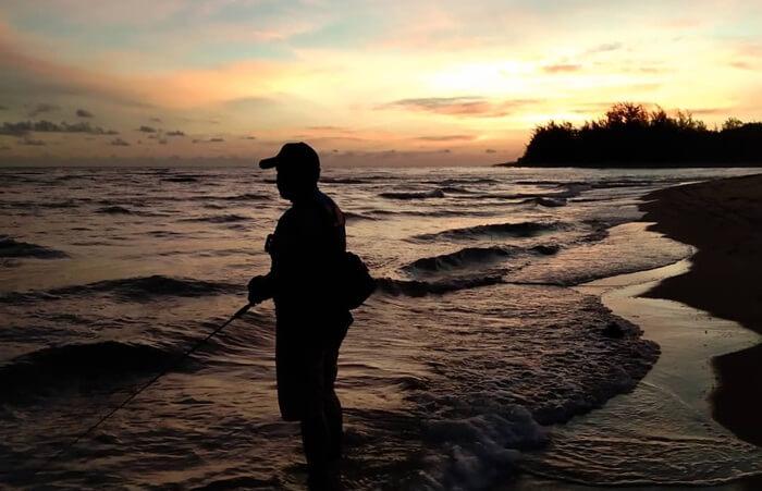 Sunset Pantai Swarangan. terlihat menawan denagn adanya aksen siluet pohon pinus