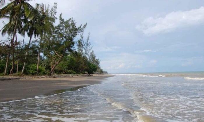 Keseunyian di pantai Swarangan mendatangkan kedamaian ke dalam hati pengunjungnya
