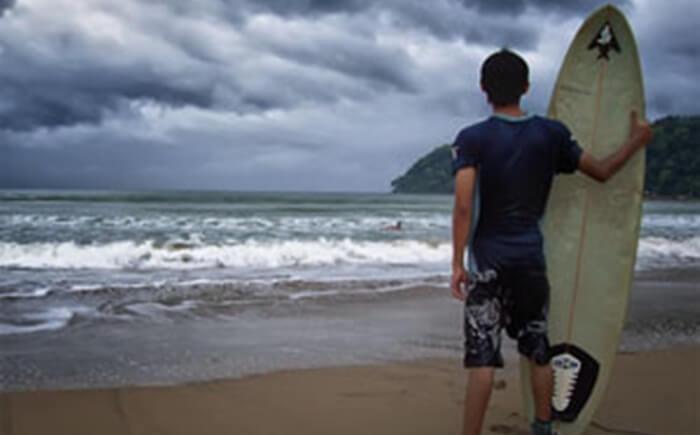 surfing di pantai teleng ria, cocok utnuk dicoba terutama bagi kelas pemula atau yang dalam tahap belajar