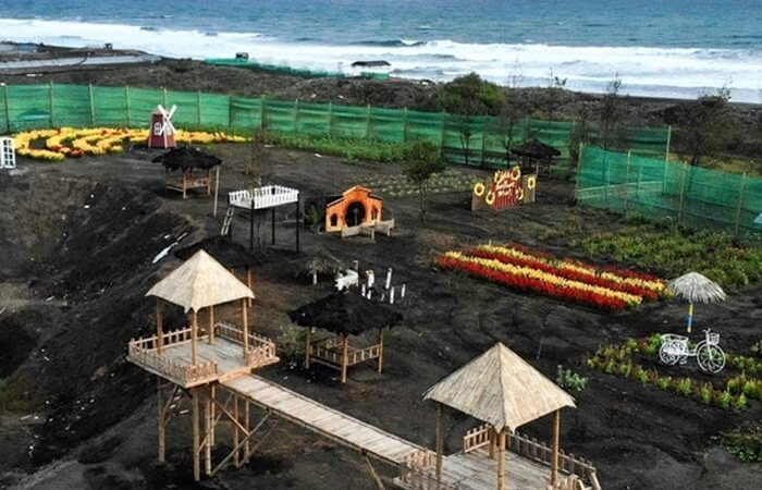pengelola pantai jetis terus berbenah meebnagun berbagai fasilitas pendukung wisata