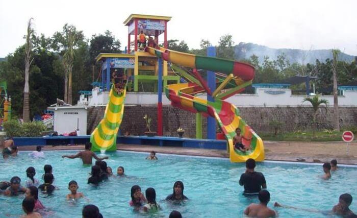 water park pantai teleng ria, memebrikan alternatif bagi pengunjung yang enggan turun ke laut