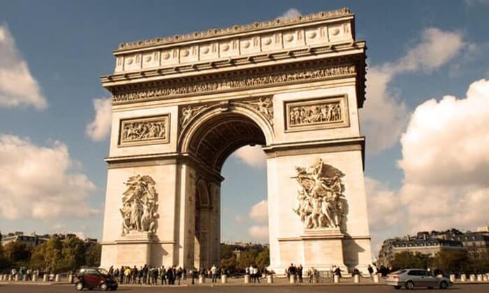 Bangunan tempat wisata di Perancis ini memiliki banyak patung yang menggambarkan peristiwa revolusi serta masa kekaisaran.