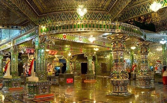 Arulmigu-Sri-Rajakaliamman, sebuah tempat wisata di johor bahru yang mengahdirkan kuil unikd negan hampir seluruh permukaan banguan ditempel dengan kepingan kaca.