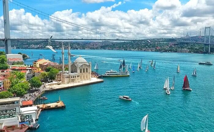 Dari atas kapal, pengunjung tempat wisata di Istanbul ini bisa melihat istana Dolmabahce yang megah, dan dibangun menyerupai istana-istana gaya Eropa.