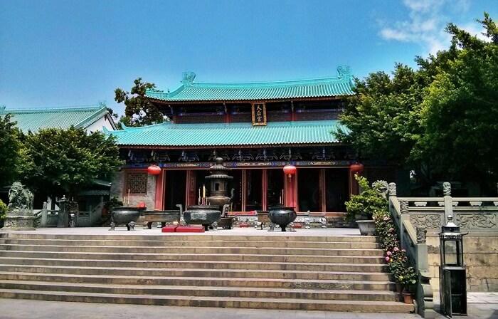 Pada area kuil tempat wisata di Shengzhen ini, pengunjung akan menjumpai pelataran kuil yang cukup luas, dengan hiasan patung Dewi Laut dan Singa yang berada di depan kuil