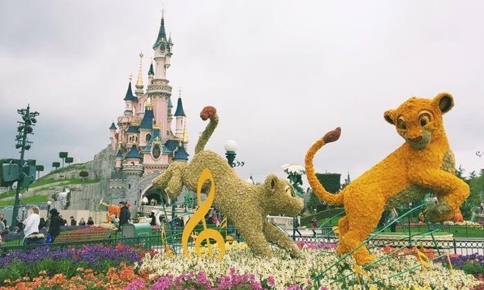 Pengunjung tempat wisata di Perancis ini berkesempatan untuk berfoto dengan Mickey, Donald, dkk, lalu menyaksikan parade di siang hari dan firework di malam hari.