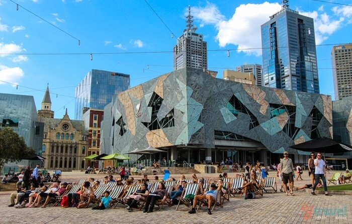 Federation square ini resmi dibuka pada 26 Oktober 2002. Tempat wisata di Melbourne ini dibangun dengan total biaya pembangunan 450jt dollar amerika