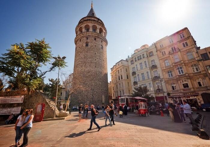 Untuk naik ke menara tempat wisata di Istanbul dengan ketinggian 67 meter ini disediakan lift dan tangga untuk sampai ke puncak.