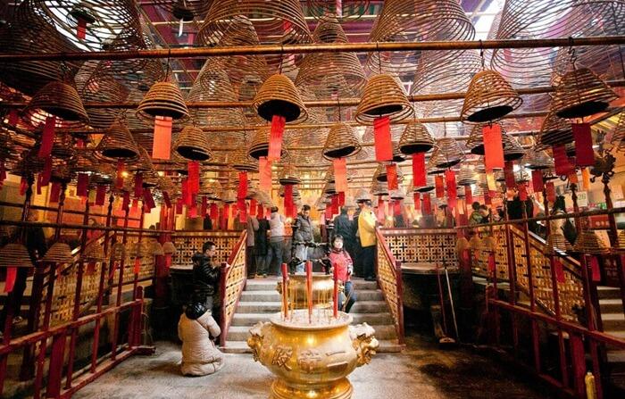 Tempat wisata di hongkong berupa Kuil ini didirikan untuk persembahan bagi Dewa Literatur (Man) dan Dewa Perang (Mo).