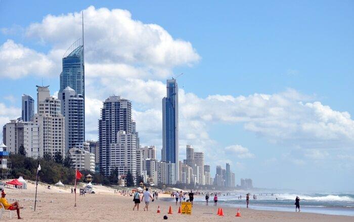Main Beach didominasi oleh Surf Club dan dipatroli oleh Surf Lifesavers di musim panas. Tempat wisata di Melbourne ini mudah dijangkau hanya dengan berjalan kaki dari pusat kota