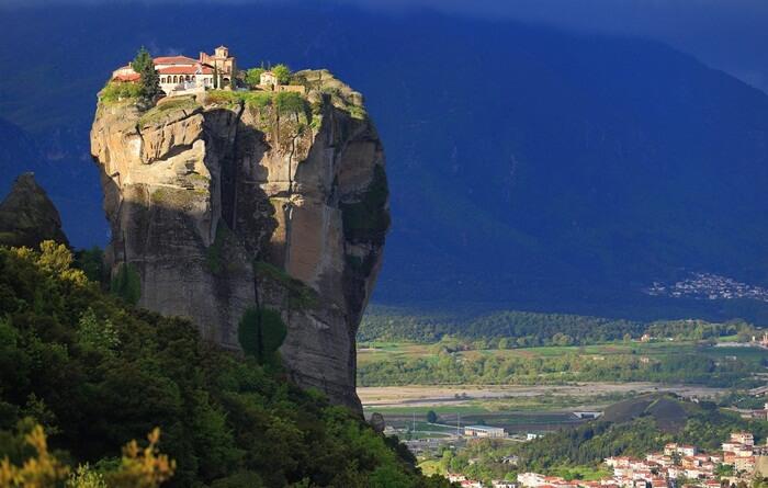 Dari salah satu sudut tempat wisata di Yunani ini terlihat jelas biara Varlaam di seberang lembah, bertengger di atas tebing tinggi