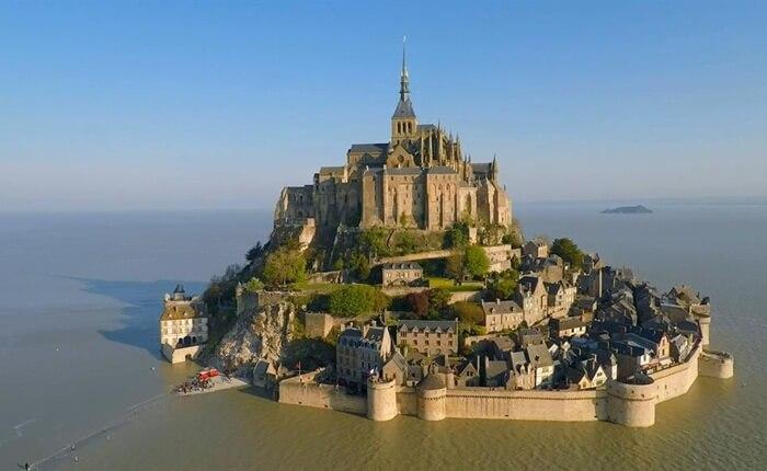 Biara tempat wisata di Perancis ini terletak di tengah-tengah pulau Mont Saint Michel, dikelilingi oleh sebuah desa kecil dengan restoran dan toko-toko suvenir