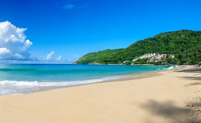 Pantai Nai Harn sebuah tempat wisata di phuket yang lengkapd engan berbagai wahana permainan air