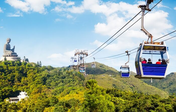 Di Tempat wisata di Hongkong ini, pengunjung diajak untuk menaiki kereta gantung yang menghubungkan kawasan Tung Chung dengan desa Ngong Ping yang berada di puncak bukit