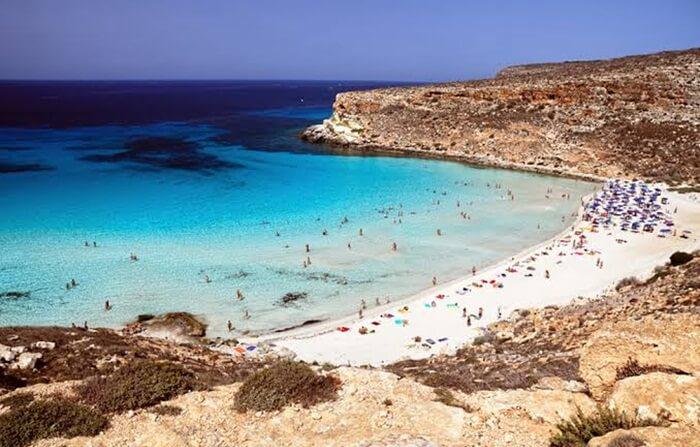 Rabbit Beach di pesisir barat daya Sisilia, Italia, dipilih sebagai pantai terindah di dunia tahun 2013.