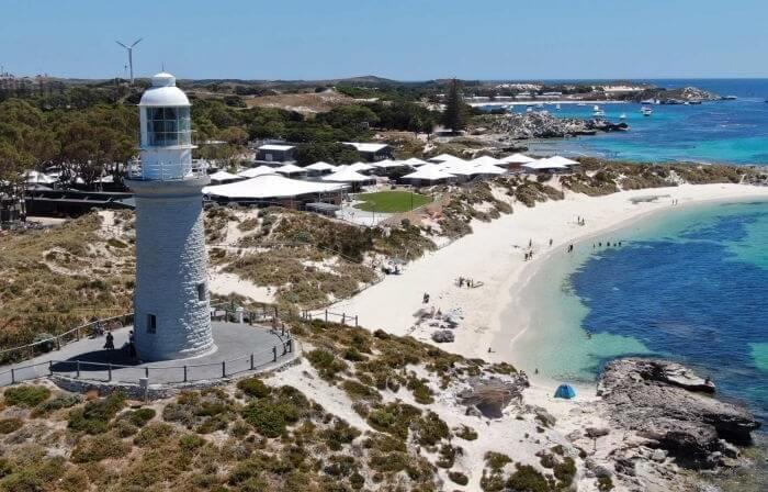 tempat wisata di Perth Ini adalah tempat bagi 63 pantai yang menakjubkan, 20 teluk indah, banyak terumbu karang dan bangkai kapal