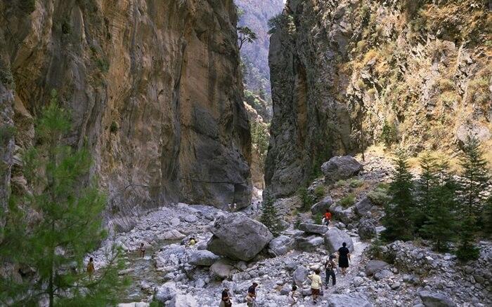 Panjang tempat wisata di Yunani Samaria Gorge mencapai 16 kilometer. Ini menjadikannya ngarai terpanjang di daratan Eropa.