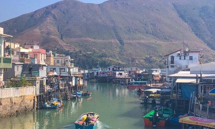 di tempat wisata di hongkong ini Dari atas perahu, pengunjung juga bisa melihat lumba-lumba. Pemandangan lumba-lumba merah muda yang menjadi kegiatan paling terkenal dari Tai O.