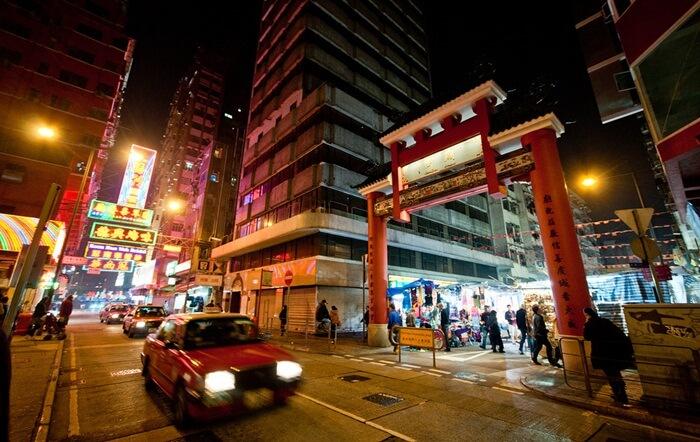di tempat wisata di hongkong ini banyak penjual yang menjajakan souvenir, barang antik, tas, kaos, hiasan batu giok, dompet, gelang, dan berbagai aksesoris lainnya.