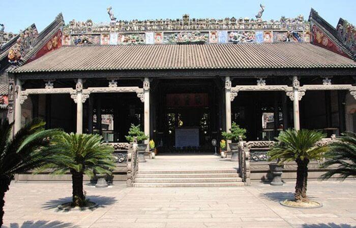 Tempat wisata di Guangzhou ini dibangun dengan gaya simetris tradisional Tiongkok dan ruang utama disebut Juxian Hall yang digunakan sebagai ruang leluhur.