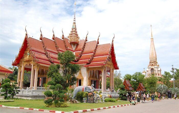 Kuil tempat wisata di Phuket ini merupakan Wat yang terbesar.