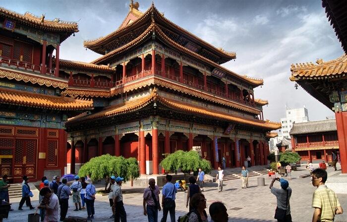 Di dalam kuil tempat wisata di Beijing ini terdapat patung budha raksasa dengan tinggi melebihi lantai dua bangunan ini atau sekitar 18 meter