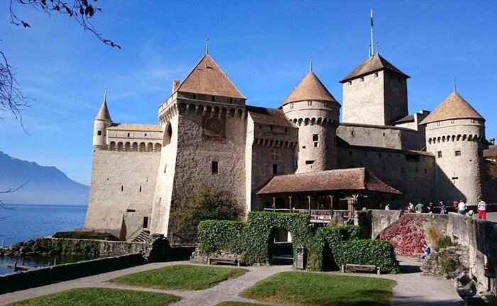 Kastil wisata di Swiss ini memiliki 3 halaman yang sangat luas dengan rimbun pepohonan.