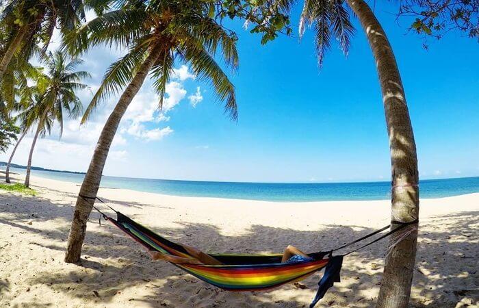 Pantai di Desaru adalah salah satu tempat wisata di johor bahru yang terbaik dengan hamparan pasir putihnya.