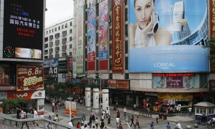 . Di tempat wisata di Shenzhen ini berkumpul beberapa gedung-gedung seperti trade center, ataupun juga ada gedung apartemen dengan pertokoan di bawahnya.