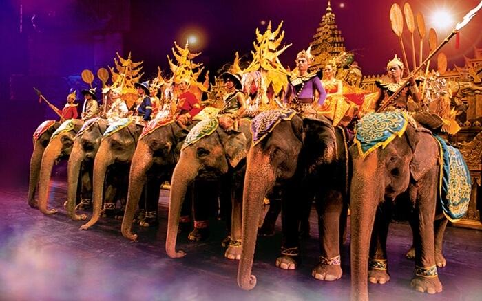 fantasea, tempat wisata di thailand yangmenunjukkan berbagai ertunjukan spectakuler, termasuk parade gajah