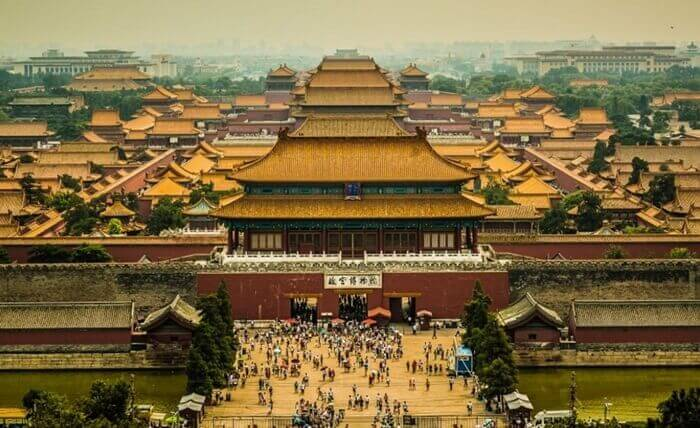 Istana ini terletak tepat di tengah-tengah kota kuno Beijing. Sekarang tempat wisata di China ini difungsikan menjadi museum.