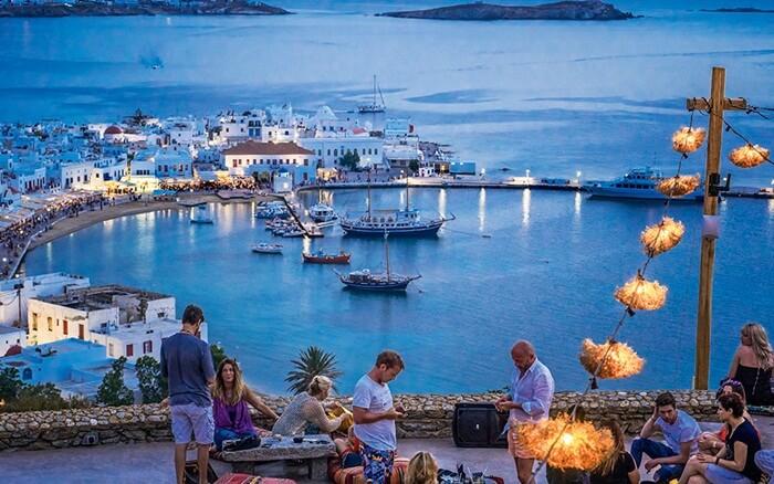 Tempat wisata di Yunani Mykonos adalah sebuah pulau di gugusan kepulauan Yunani (Cyclades) di Laut Aegea. Berjarak 150 kilometr sebelah timur kota Athena