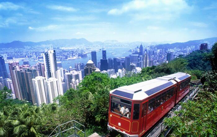 tempat wisata di Hongkong The Peak Tram sebagai kereta api tram kabel paling curam di dunia bisa dinikmati oleh semua pengunjung