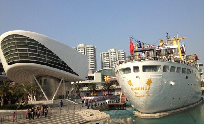 Kapal tempat wisata di Shenzhen ini memiliki lobi seluas 1000 meter persegi, kafe seluas 2000 meter persegi, bioskop 3D, sebuah hotel bintang 4, dan fitness center.