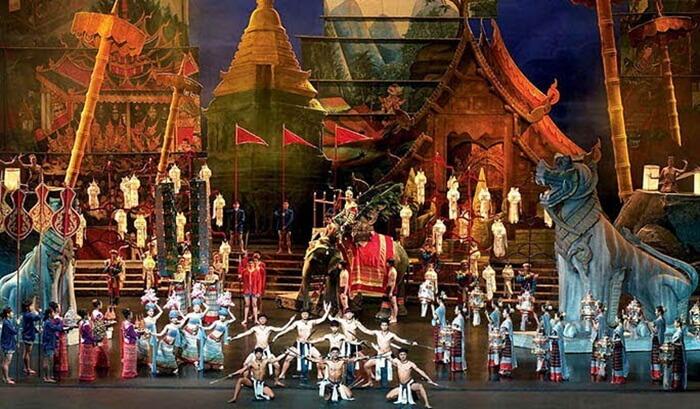 sebuah tempat wisata di phuket berupa seni teaterikal dengan pertunjukan tari dan drama yang luar biasa.