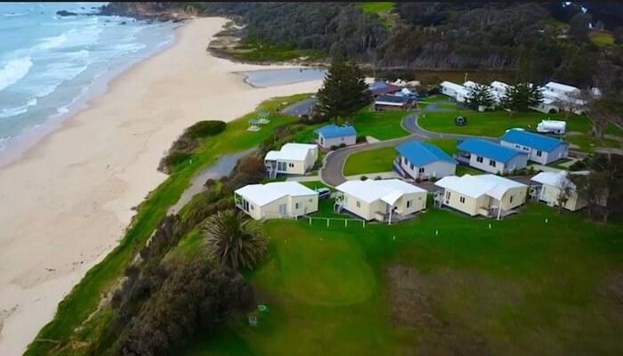 Dari pantai tempat wisata di Melbourne ini pengunjung juga bisa melihat kemegahan mercusuar yang berdiri di Montague Island.