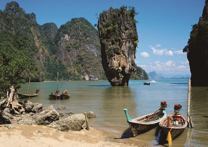 teluk Phang Nga,s ebuah tempat wisata di thailand yang mendunia berkat kecantikannya yang bagai di negeri imajinasi