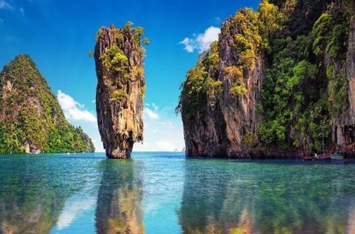 tempat wisata di Phuket beranega ragam, mulai dari lokasi religius, alam, hingga pementasan budaya