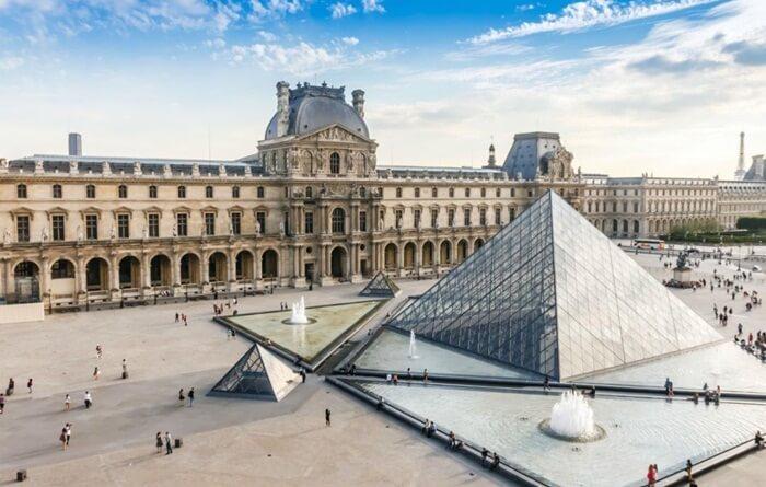 Museum ini sangat besar dengan 5 lantai dan memiliki 3 sayap, yaitu Denon, Richelieu, dan Sully.