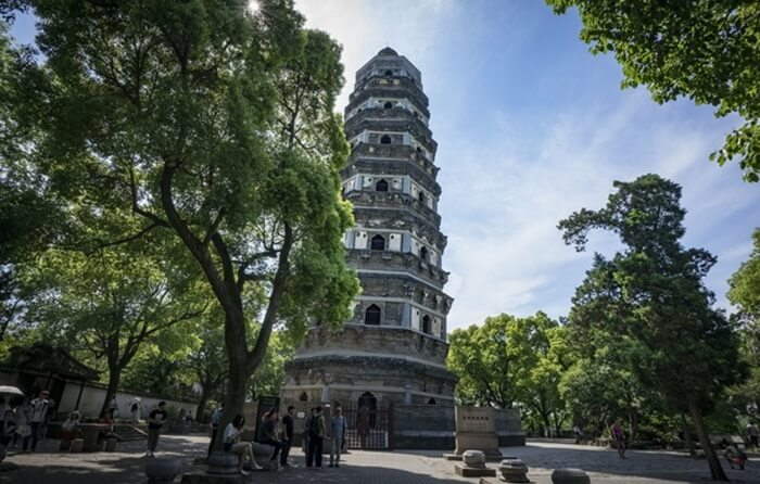 """tempat wisata di Beijing Tiger Hill mendapat julukan """"Menara Pisa dari Timur"""".  Saat mendatangi Tiger Hill, pengunjung bisa menikmati pemandangan alam yang cantik sembari menelusuri situs sejarah di sana"""