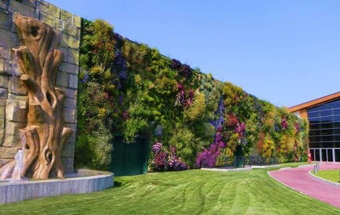 keberadaan ruang terbuka hijau tempat wisata di Italia tersebut memiliki fungsi yang lebih vital, yaitu untuk daerah resapan air serta penyediaan udara bersih.