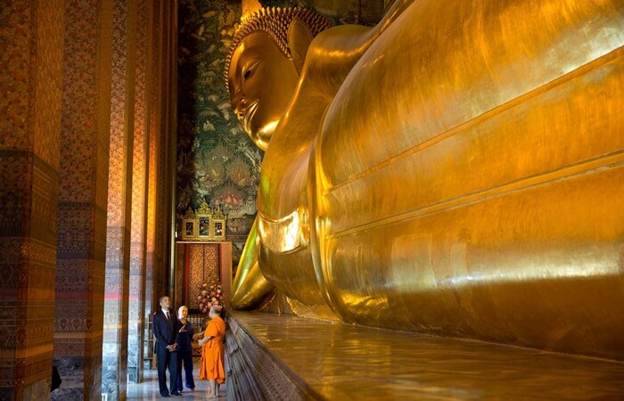 wat pho merupakan tempatw isata di thailand yang iconik dengan adany apatung emas budhha tidur sepanjang 43 m