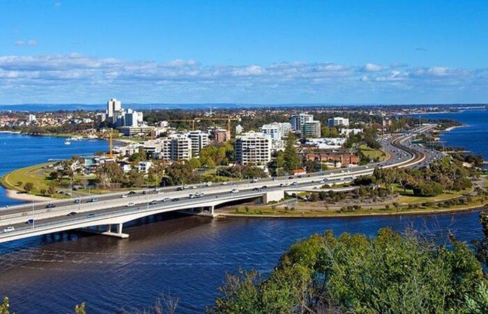 Banyak tempat wisata di Perth yang dipastikan dapat memikat hati para wisatawan. Letak geografis Perth yang berada di pinggir pantai membuat kota ini terkenal sebagai kota pelabuhan..