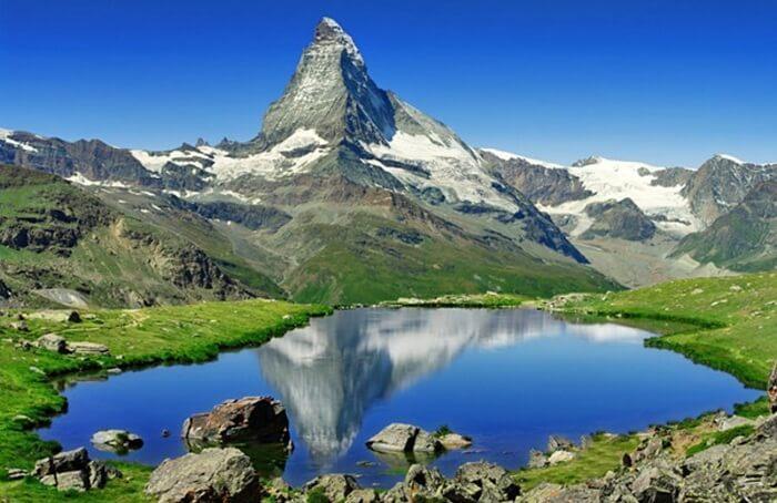 Tempat wisata di Swiss terkenal sebagai lokasi liburan musim dingin paling indah di dunia, Jajaran pegunungan Alpen dengan resort Ski bintang lima yang bertaburan mengukuhkan reputasi ini.