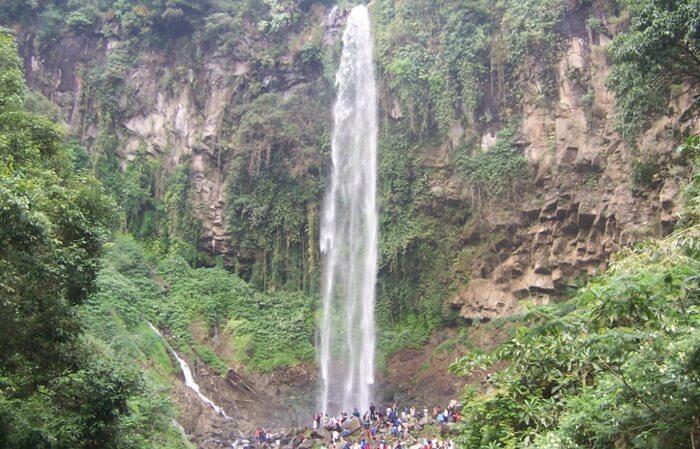 tempat wisata tawangmangu berupa air terjun setinggi 100 meter yang mempesona