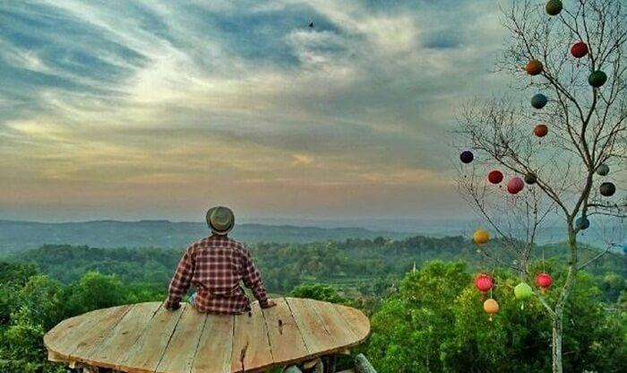 Di tempat wisata Madura ini terdapat sebuah panggung yang terbuat dari kayu dengan berbentuk hati