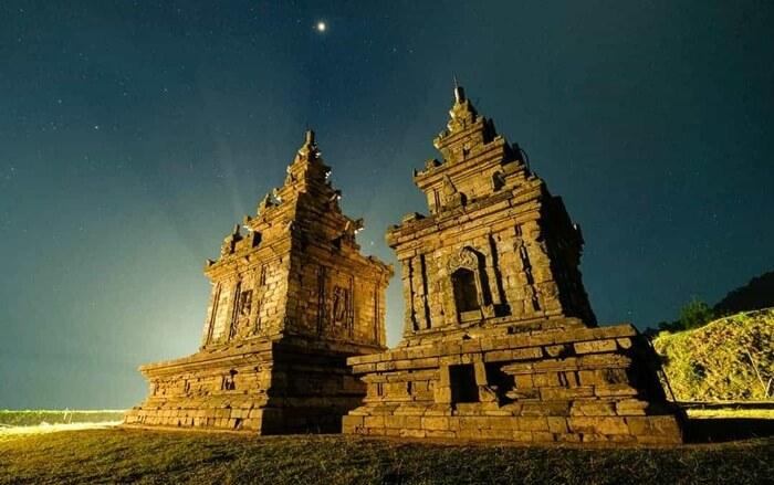 Candi tempat wisata Ungaran ini dibangun sebagai tujuan pemujaan terhadap para dewa. Oleh karena itu, tak heran bila di kompleks candi terdapat beberapa patung.