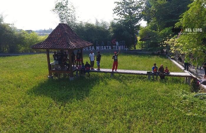 Desa Wisata Tembi didirikan pada tahun 1997. Desa wisata ini menawarkan keasrian kehidupan pedesaan dan aktivitas kerajinan yang memang menjadi salah satu daya jual pariwisata di kawasan Bantul.